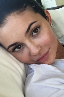 Kylie Jenner publica una foto sin maquillaje y solo recibe halagos