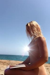 Daniela Blume hace nudismo en la playa