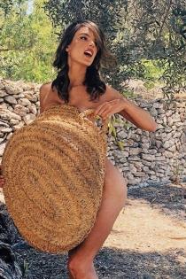 Alessandra Ambrosio, desnuda entre olivos