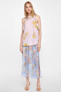 Una bonita falda de flores en tono celeste para una boda