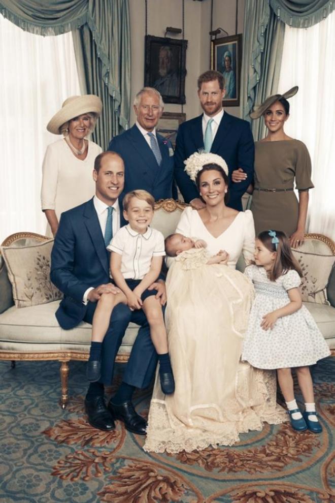 La foto de familia del bautizo del príncipe Louis: Duelo de estilo de Meghan Markle y Kate Middleton