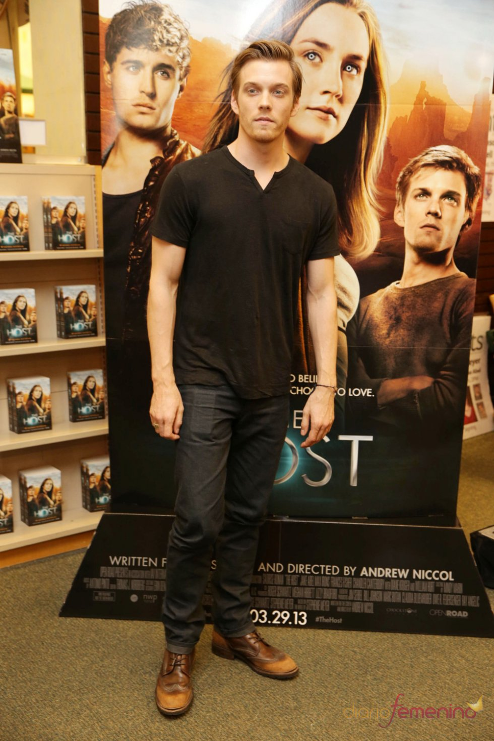 Jake Abel con el libro y la película  'La huésped (The Host)'