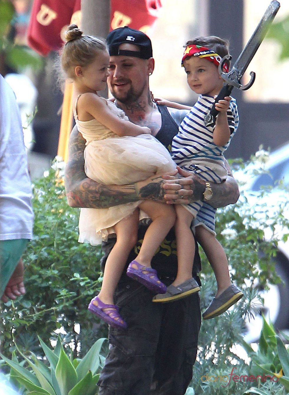 Benji Madden con sus hijos