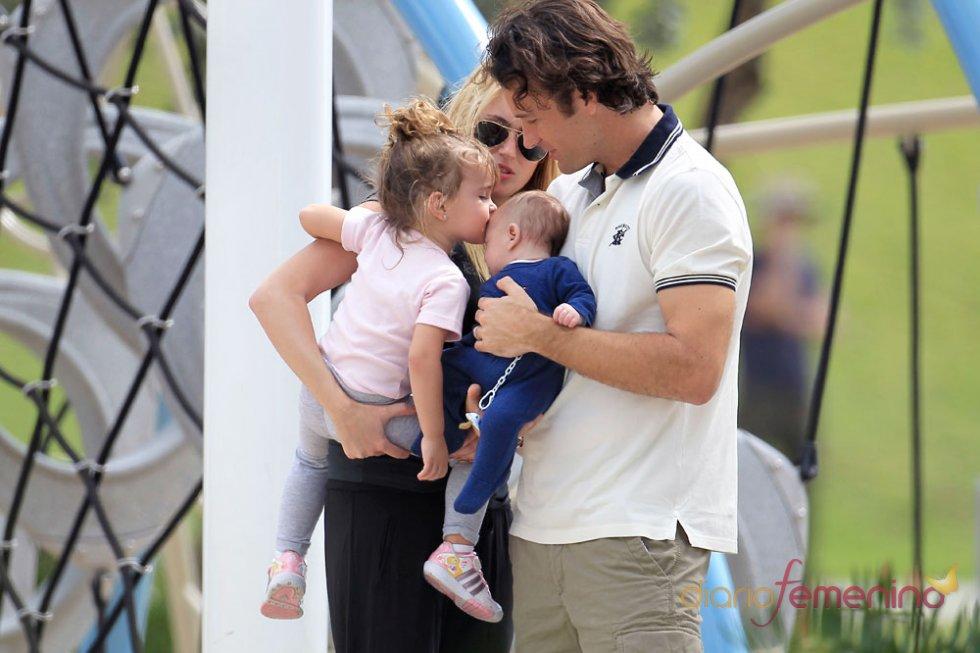 Carlos Moya y Carolina Cerezuela con sus hijos