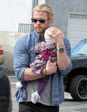 Chris Hemsworth con su bebé en brazos