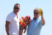 Elton John y su pareja con su hijo