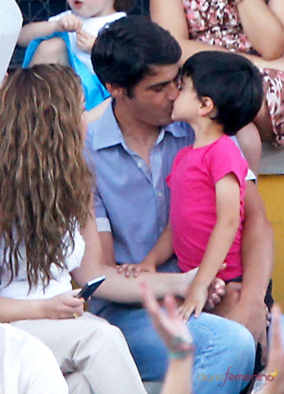 Jesulín de Ubrique da un beso a su hijo