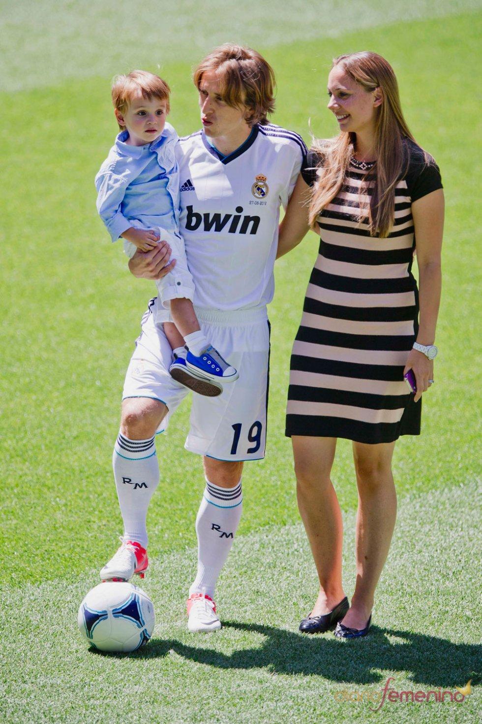 Luka Modric con su hijo y su mujer