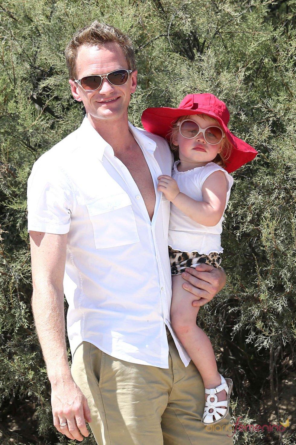 Neil Patrick Harris y su hija con gafas de sol