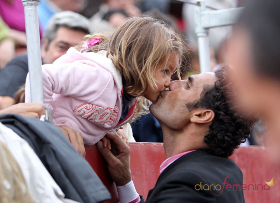 Óscar Higares y su hija en el ruedo