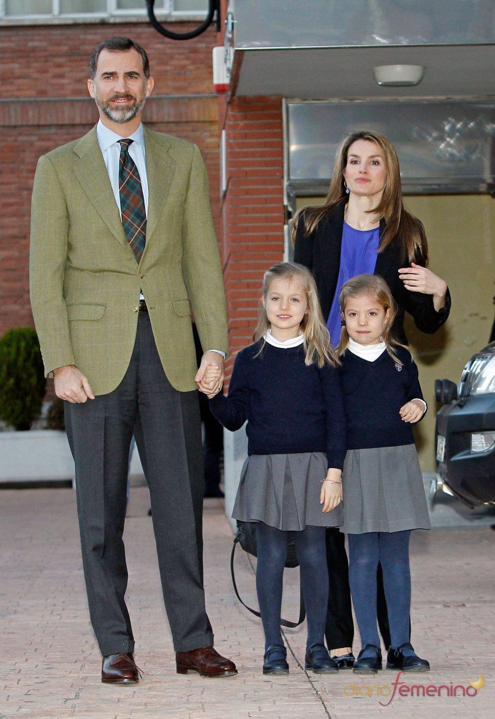 El Príncipe Felipe posa con sus hijas Leonor y Sofía