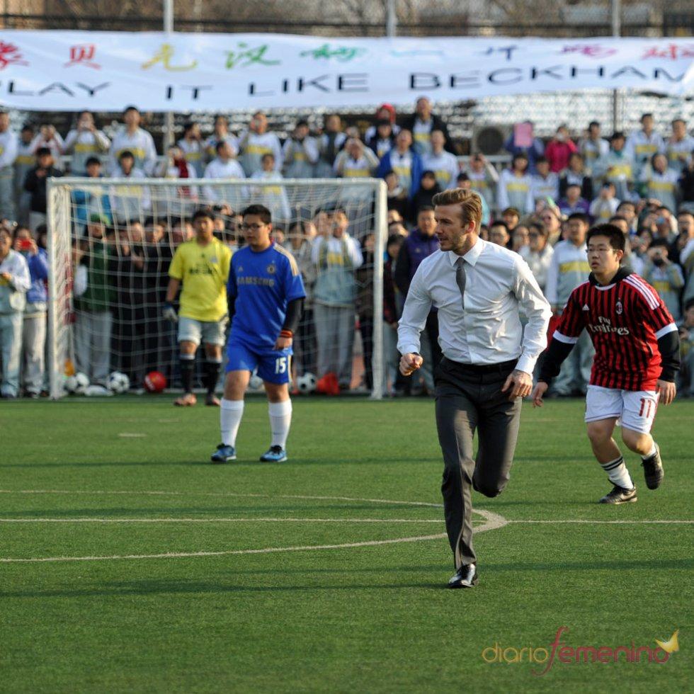 El look de David Beckham: con traje y jugando al fútbol