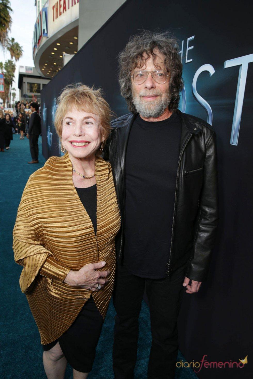 Paula Mae Schwartz y Steve Schwartz en el estreno de 'The Host' en Los Ángeles