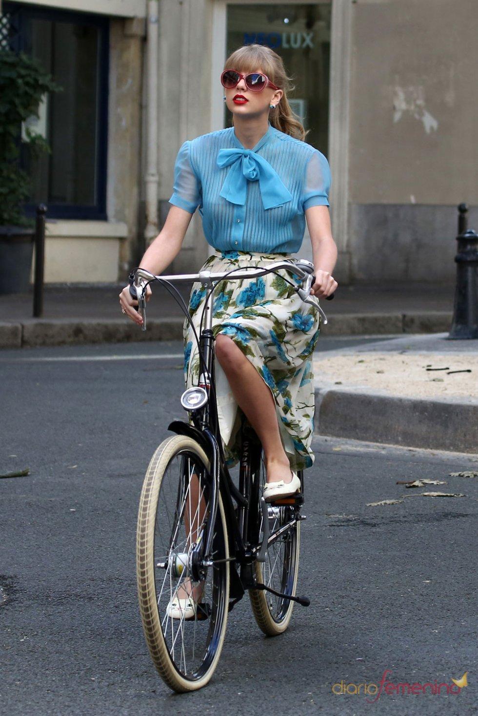 Taylor Swift en bici grabando un videoclip en parís
