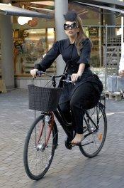 Lady Gaga paseando en bici por Copenhague, Dinamarca