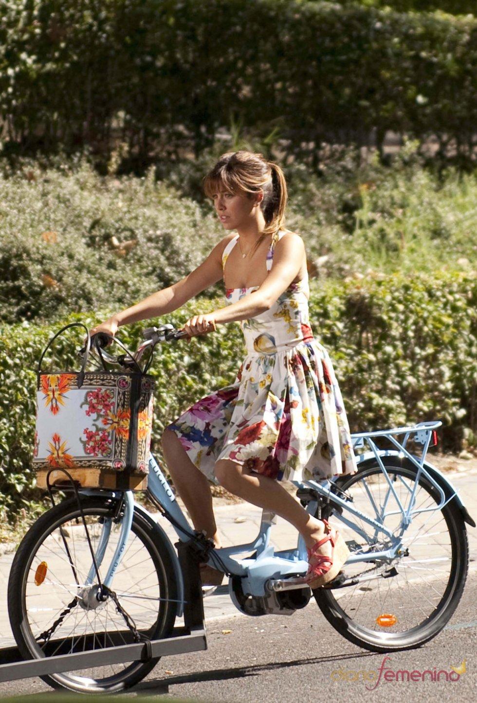 Blanca Suárez en bici durante el rodaje de 'Los Amantes Pasajeros'