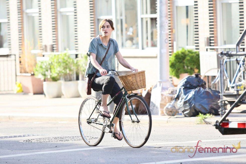 Keira Knightley en bici durante la grabación de una escena