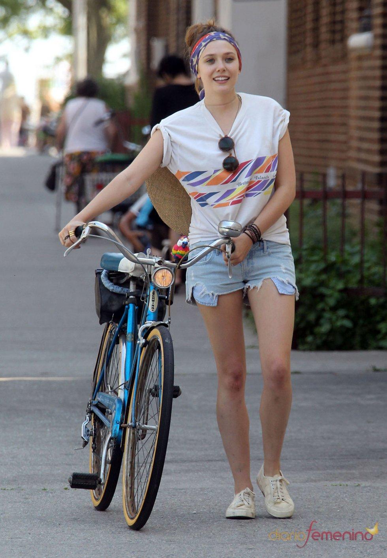 Elizabeth Olsen en bici durante el rodaje de su película 'Very Good Girls'