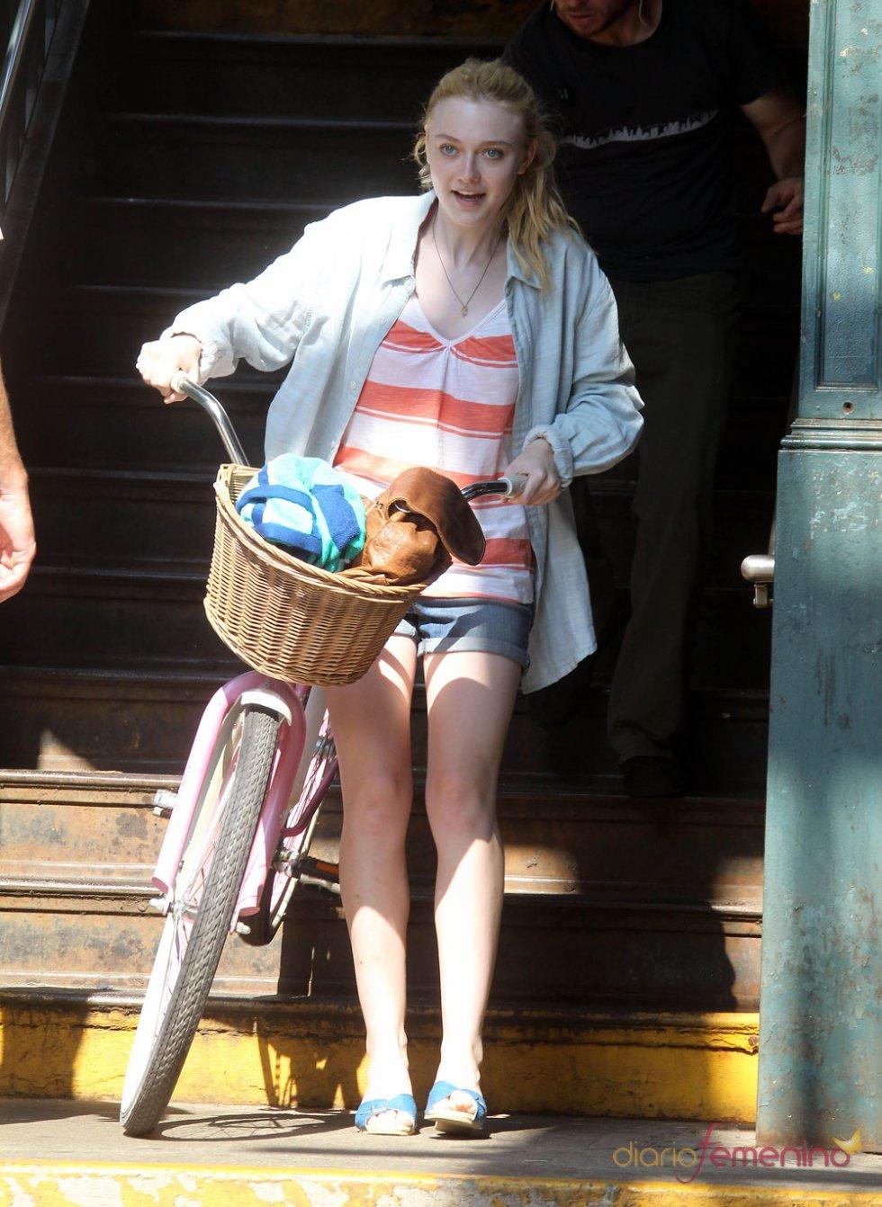 Dakota Fanning en bici durante la grabación de su película 'Very Good Girls'