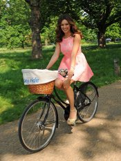 Kelly Brook en bici promocionando Sky Ride en Londres