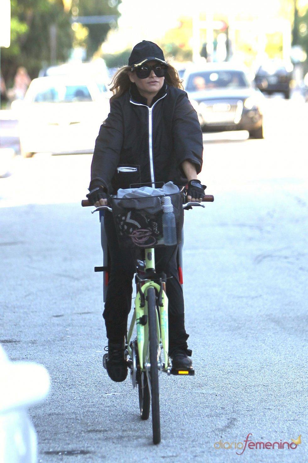 Paulina Rubio paseando en bici por las calles de Miami