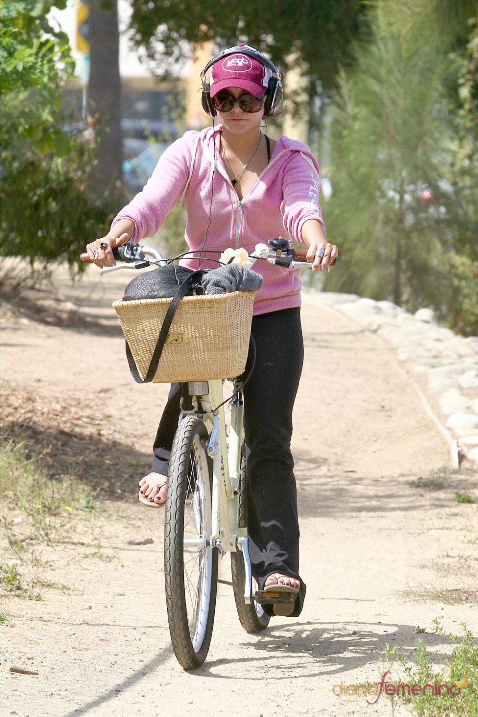 Vanessa Hudgens en bicicleta en Studio City Los Ángeles