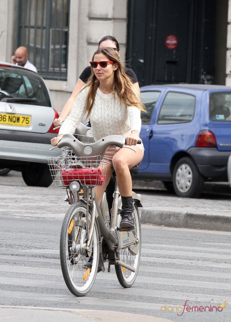 La actriz Elsa Pataky en  bici por París, Francia