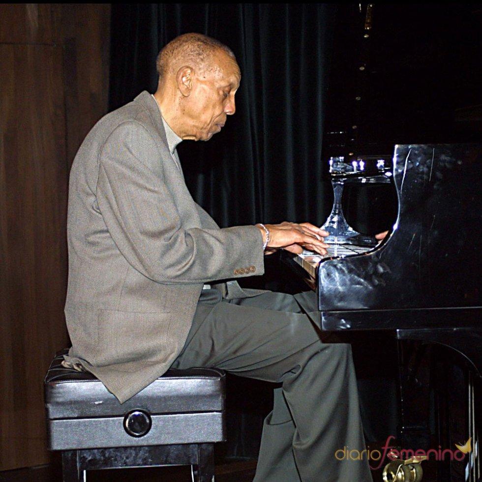 Funeral de Bebo Valdés: hombre unido a un piano