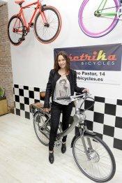 Natalia Verbeke inaugura la tienda de deportes 'Electrika Bicycles'