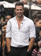 William Levy, seductor con camisa blanca