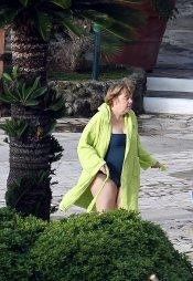 Angela Merkel en bañador y con albornoz durante la Semana Santa 2013