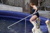 Angela Merkel entra a la piscina en bañador durante la Semana Santa 2013