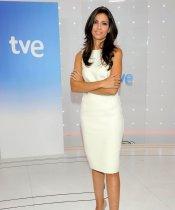 El look de Ana Pastor: corte clásico de color blanco