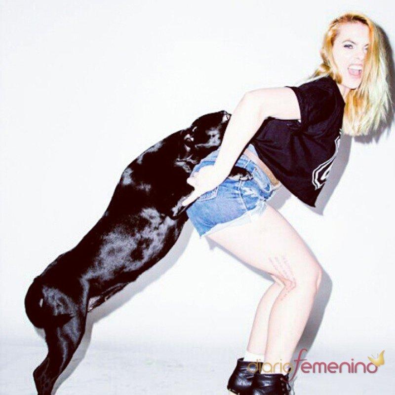 Daniela Blume junto a un perro,el mejor amigo del hombre