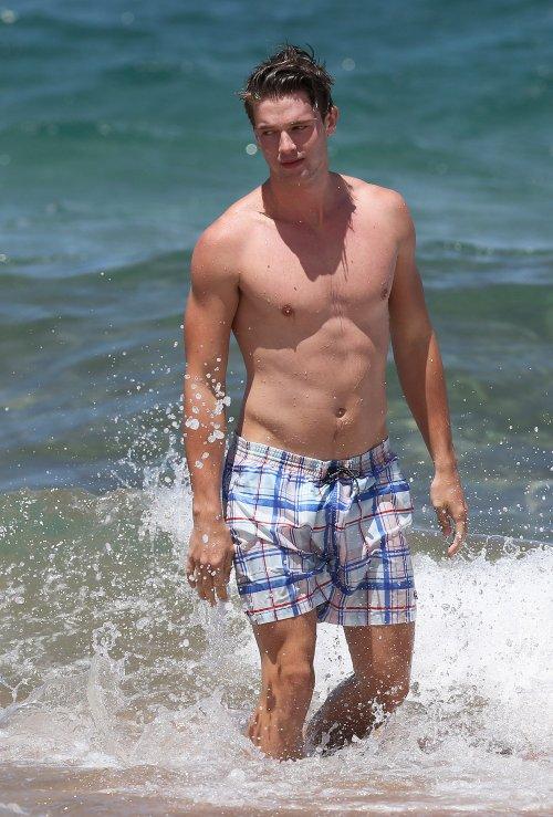 Patrick Schwarzenegger sin camiseta en la playa, un físico de impacto