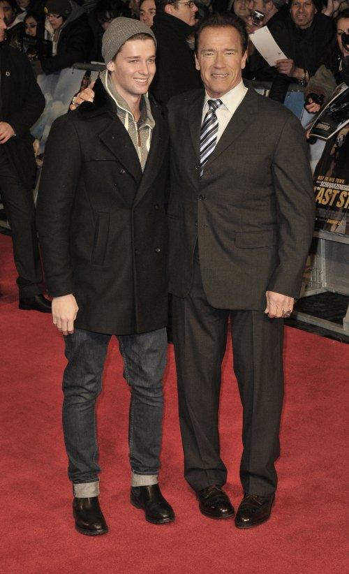 Patrick Schwarzenegger posa en la alfombra roja con su padre, Arnold Schwarzenegger