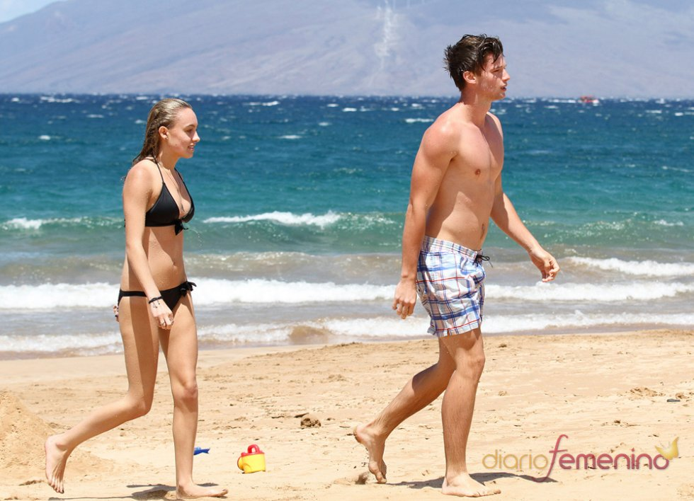 Patrick Schwarzenegger muy sexy en la playa con su novia, Taylor Burns