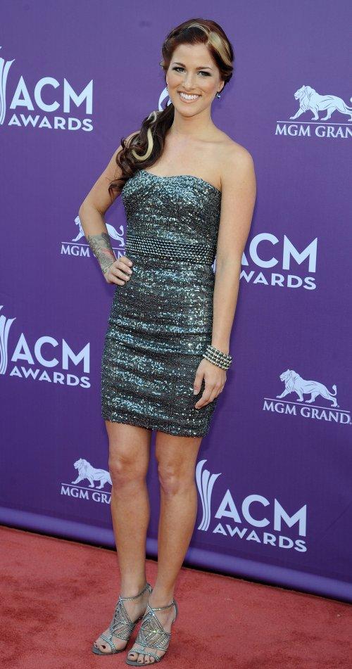 Cassadee Pope en la alfombra roja de los Country Music Awards 2013