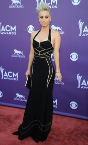 Kaley Cuoco en la alfombra roja de los Country Music Awards 2013