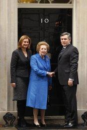 Margaret Thatcher saluda al también ex primer ministro británico Gordon Brown