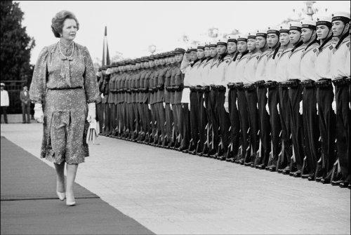 Margaret Thatcher pasando revista a las tropas