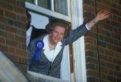 Margaret Thatcher saluda desde el balcón