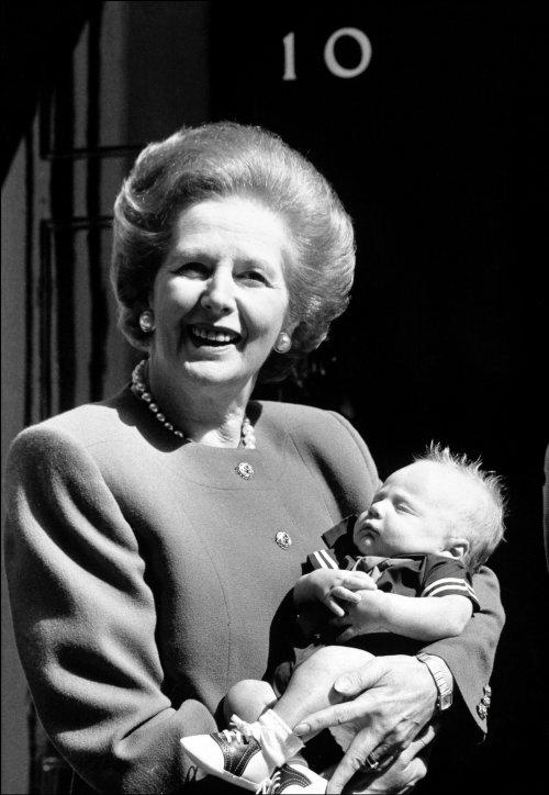 Margaret Thatcher muestra orgullosa a su nieto Michael a la prensa