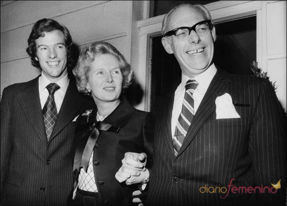 Margaret Thatcher junto a su marido Dennis y su hijo Mark