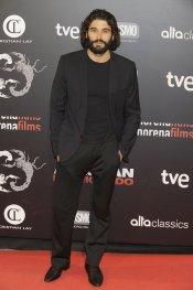 Álex García, más masculino que nunca, en la premiere de 'Alacrán enamorado'