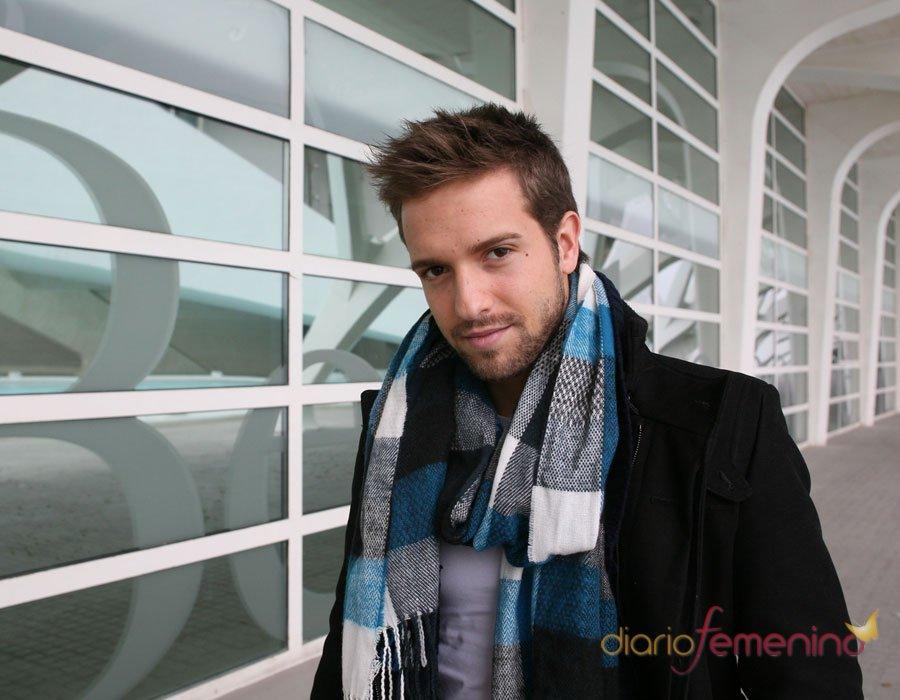 Pablo Alborán y su look: siempre con fulares y pañuelos