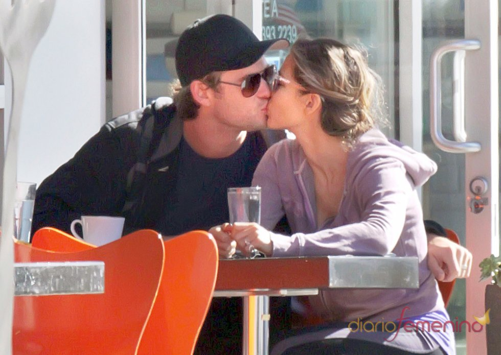 Elsa Pataky y Chris Hemsworth se besan en un restaurante de Los Ángeles