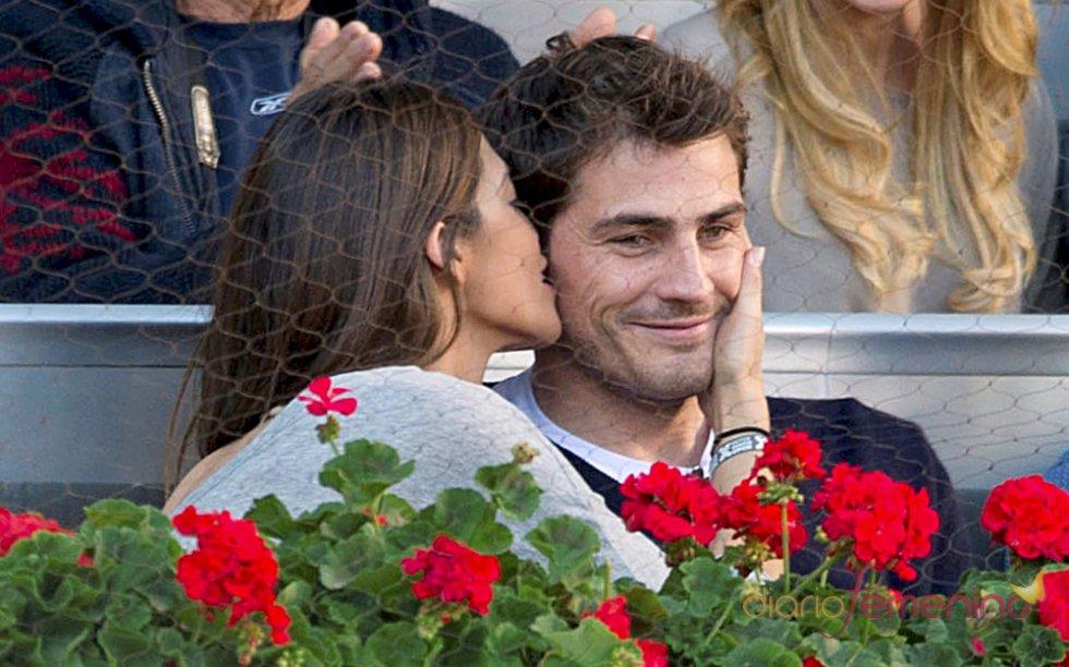 El tímido beso de Sara Carbonero a Iker Casillas.