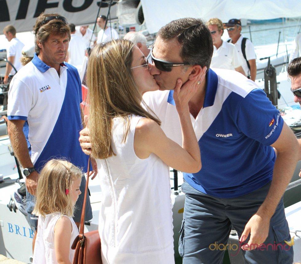 Beso entre el Príncipe Felipe y Letizia Ortiz
