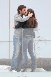 El beso casual de Cesc Fàbregas a la modelo Daniella Semaan